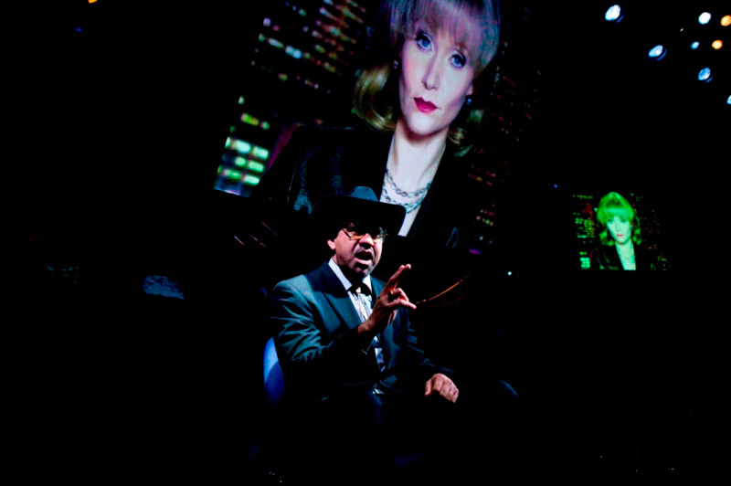 Wayne Blair and Essie Davis (on screen) in STC's Tot Mom, 2009.  Photo: Lisa Tomasetti ©